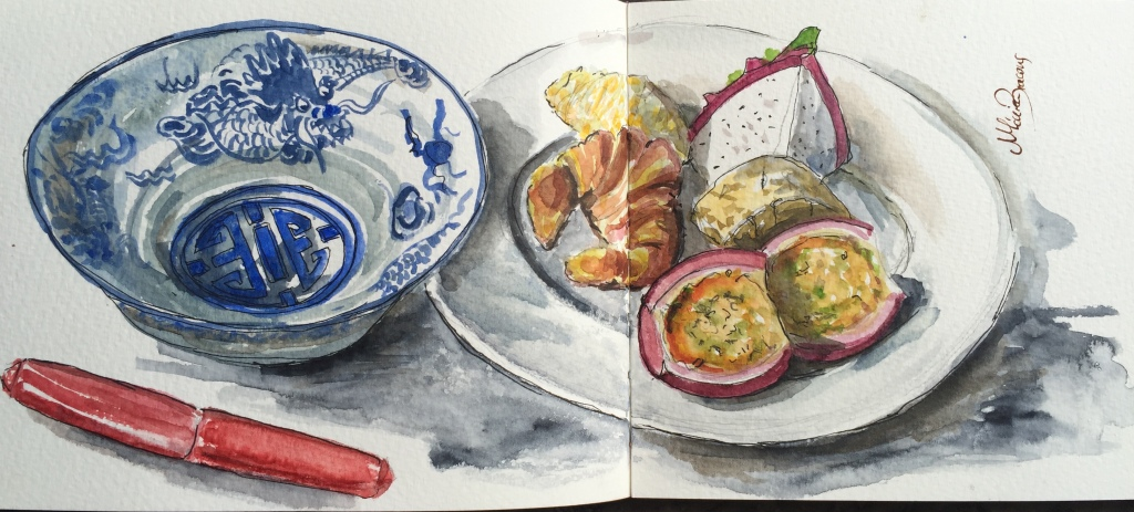 cuenco de porcelada, desayuno de lujo con frutas en Hue